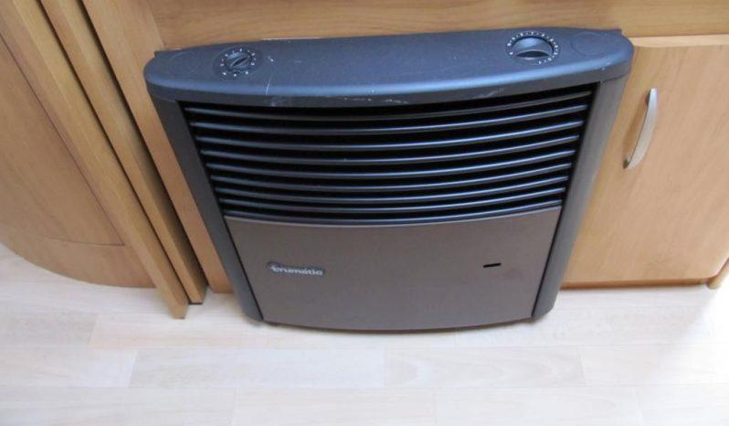 Hobby 495 UFE, model 2005 + před stan plná