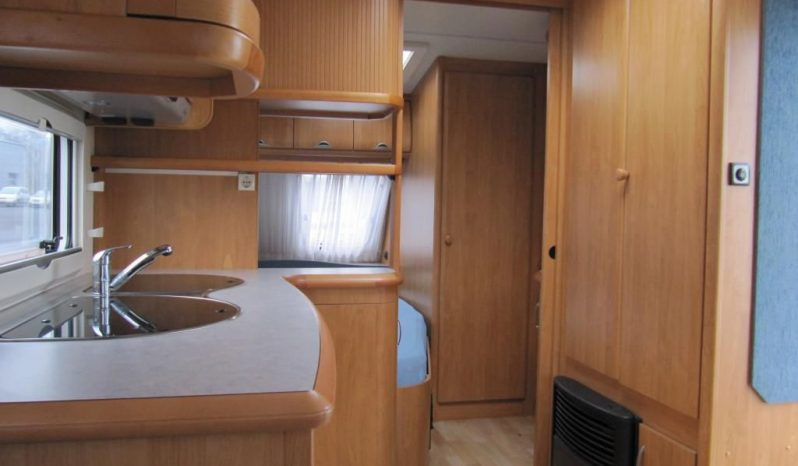 Hobby 495 UFE, model 2006 + klima + před stan plná