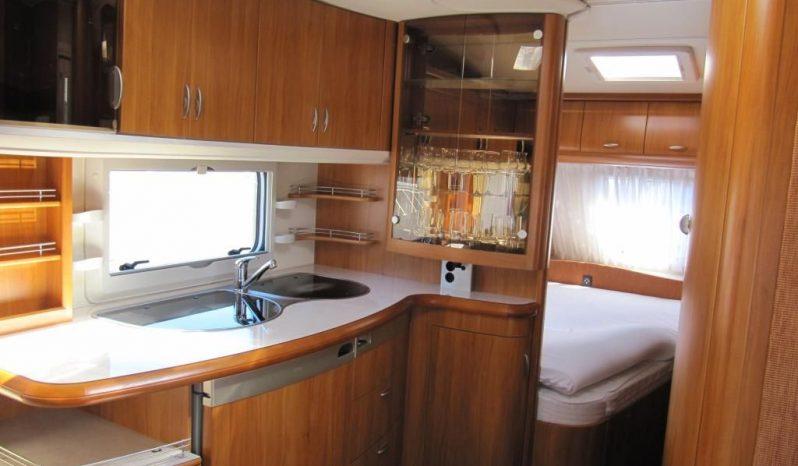 Hobby 495 UFE, model 2008 + před stan plná
